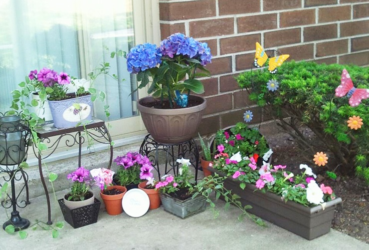 simple apartment patio flower garden