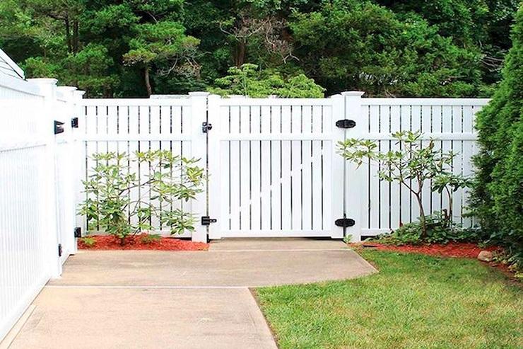white vinyl flat top fence