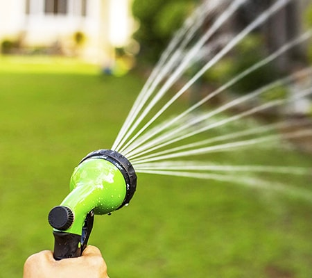 hose nozzle for watering lawns with varying spray patterns